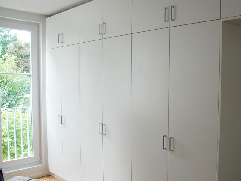 kleiderschrank raumhoch mit variablen einlegeboden und. Black Bedroom Furniture Sets. Home Design Ideas